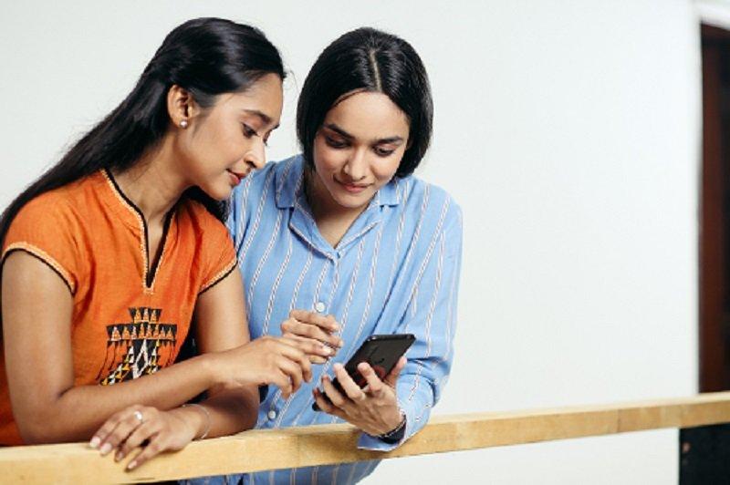 Zwei Frauen am Smartphone