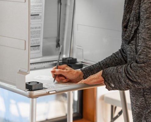 Frau in der Wahlkabine