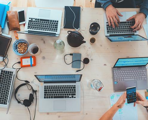 Macbooks auf einem Schreibtisch